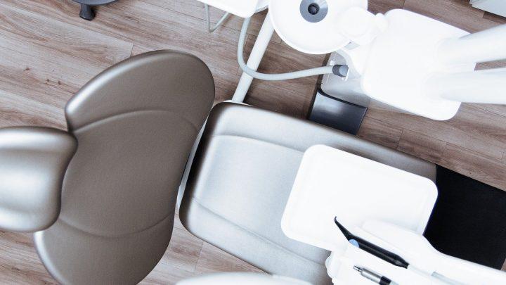 Jakie narzędzia są niezbędne w codziennej pracy stomatologa?
